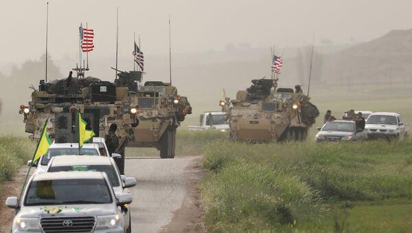 Kurdski borci iz Narodnih zaštitnih jedinica predvode konvoj američkih vojnih vozila na granici Sirije i Turske - Sputnik Srbija