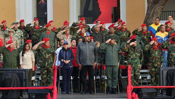 Председник Венецуеле Николас Мадуро окружен припадницима оружаних снага у Маракају - Sputnik Србија