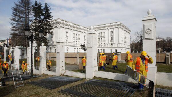 Уклањање ограде испред зграде Владе Македоније у Скопљу - Sputnik Србија
