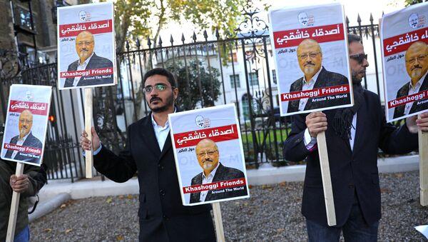 Protest protiv ubistva novinara Džamala Hašogija u Turskoj ispred zgrade ambasade Saudijske Arabije u Londonu - Sputnik Srbija