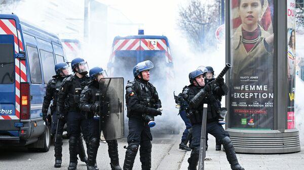 Policija na protestu žutih prsluka u Parizu - Sputnik Srbija