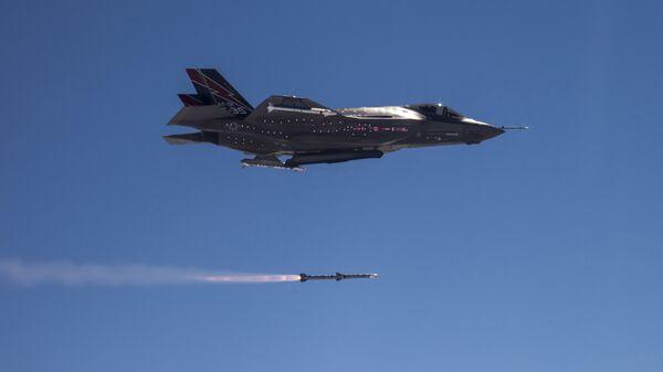 F 35 A ispaljuje AMRAAM raketu vazdu - vazduh. - Sputnik Srbija