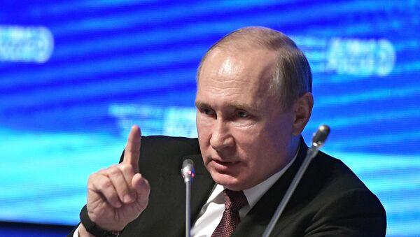 Председник Русије Владимир Путин на заседању форума Пословна Русија - Sputnik Србија