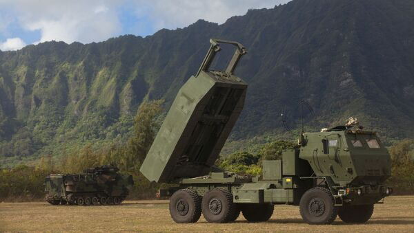 ХИМАРС или M142 aмерички лаки вишецевни бацач ракета  инсталиран на стандардни камионски оквир Army Medium Tactical Vehicle (MTV) - Sputnik Србија