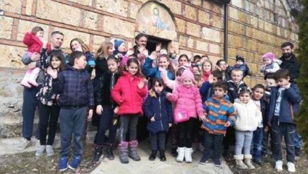 Деца с Косова која су добила помоћ - Sputnik Србија