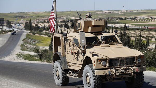 Američki vojnik u oklopnom vozilu na putu u Manbidžu na severu Sirije - Sputnik Srbija