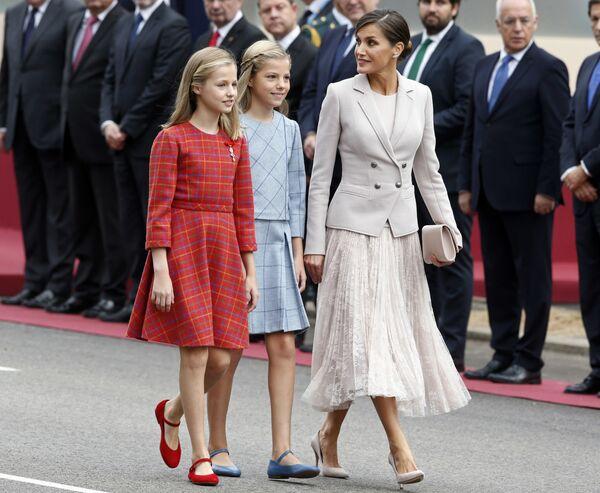 Španska kraljica Leticija sa princezama Leonorom i Sofijom stiže na vojnu paradu povodom Nacionalnog dana - Sputnik Srbija