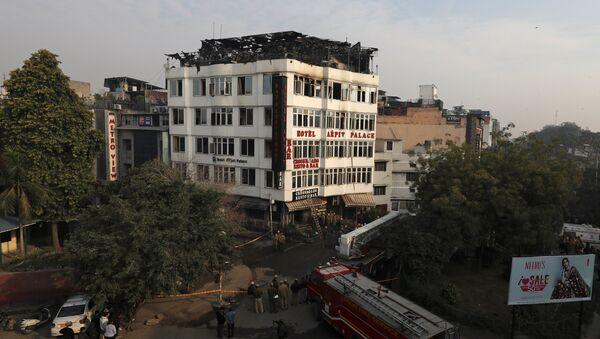 Ватрогасне екипе испред хотела који се запалио у Њу Делхију - Sputnik Србија