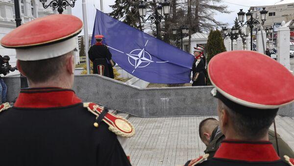 Podizanje zastave NATO u Skoplju - Sputnik Srbija