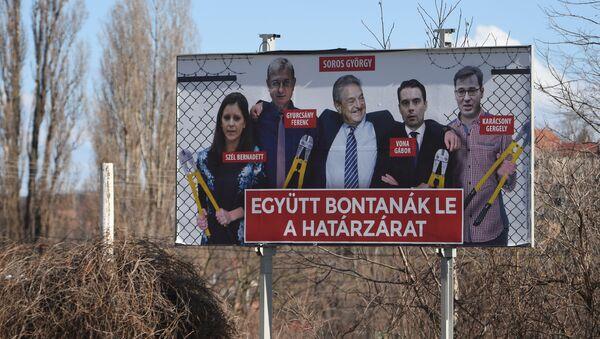 Џорџ Сорош на једном билборду у Мађарској, окружен тамошњим опозиционарима - Sputnik Србија