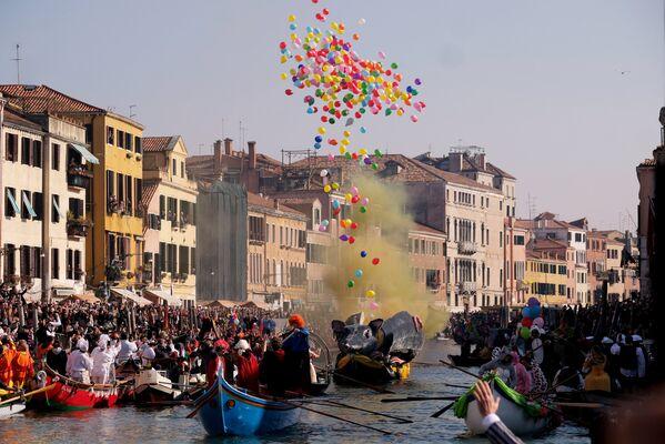 Венецијанци и туристи на маскенбалу у Карнеђо каналу за време карневала у Венецији преплићу - Sputnik Србија