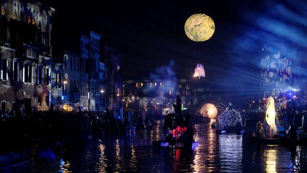 Људи гледају параду на води којом се обелеежава почетак карневалске сезоне, уз канал Рио ди Карнеђо у Венецији. - Sputnik Србија