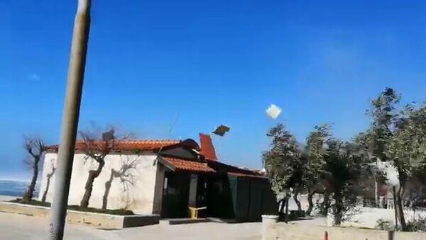 Ветар односи кров кафића у Далмацији - Sputnik Србија