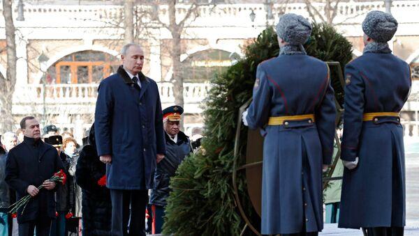 Vladimir Putin polaže venac na Grob neznanom junaku kod Kremlja - Sputnik Srbija