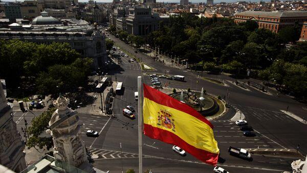 Zastava Španije iznad trga Sibeles u Madridu - Sputnik Srbija