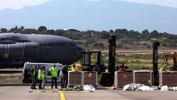 Humanitarna pomoć za Venecuelu koju je doneo američki vojni avion na aerodromu u Kukuti - Sputnik Srbija