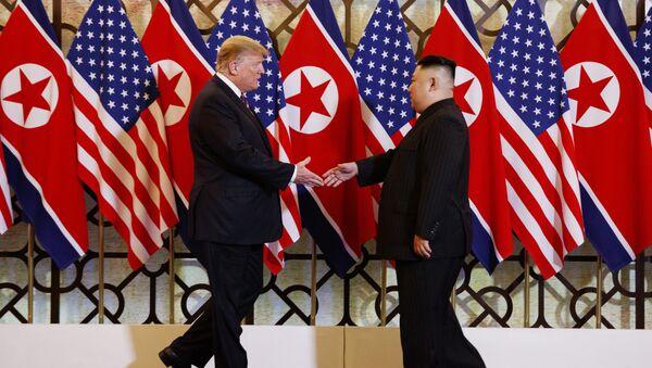 Američki predstavnik Donald Tramp i severnokorejski lider Kim Džong Un - Sputnik Srbija