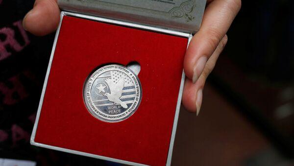 Jedan od komemorativnih novčića ograničene serije iskovanih za samit Severne Koreje i Sjedinjenih Američkih Država - Sputnik Srbija