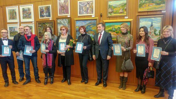 Ambasador Srbije u Moskvi  Slavenko Terzić  sa umetnicima nakon dodeljivanja zahvalnica - Sputnik Srbija