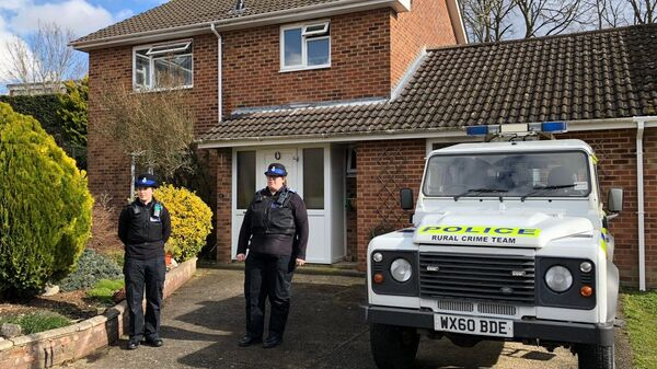 Припадници британске полиције испред куће бившег официра ГРУ Сергеја Скрипаља у Солсберију - Sputnik Србија