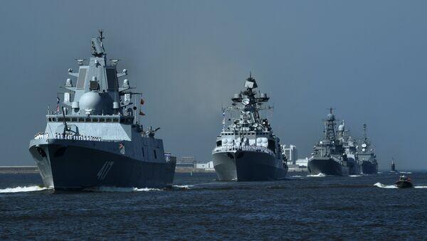 Фрегата Адмирал Горшков (лево) на паради у Кронштату - Sputnik Србија
