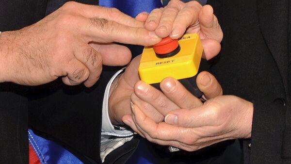 Ruski ministar spoljnih poslova Sergej Lavrov i državna sekretarka SAD Hilari Klinton pritiskaju crveno dugme - Sputnik Srbija