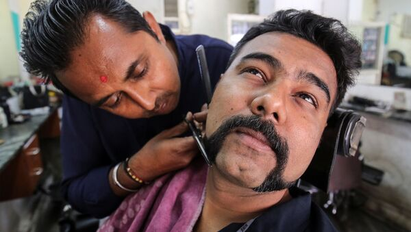 Мужчина выстригает усы, как у индийского пилота Абхинандана Вартамана, попавшего в пакистанский плен - Sputnik Србија