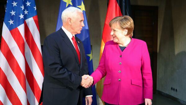 Potpredsednik SAD Majk Pens i nemačka kancelarka Angela Merkel na Minhenskoj konferenciji o bezbednosti - Sputnik Srbija