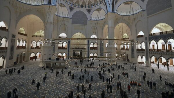Unutrašnjost najveće džamija u Turskoj koja je otvorena 7. marta na brdu na azijskoj strani Istanbula - Sputnik Srbija