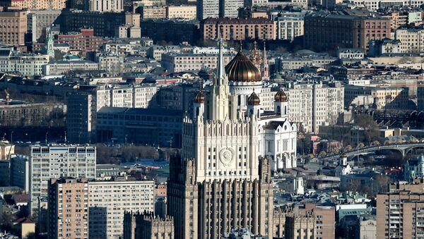 Поглед на зграду Министарства спољних послова Русије и храма Христа Спаситеља у Москви - Sputnik Србија