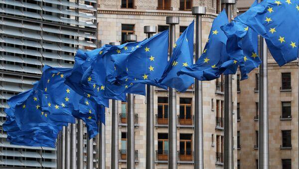 Zastave EU isred sedišta EU u Briselu - Sputnik Srbija