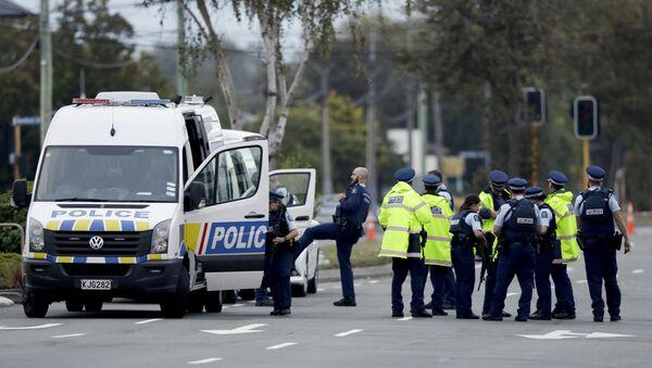Pripadnici policije ispred džamije u Krajstčerču na Novom Zelandu - Sputnik Srbija