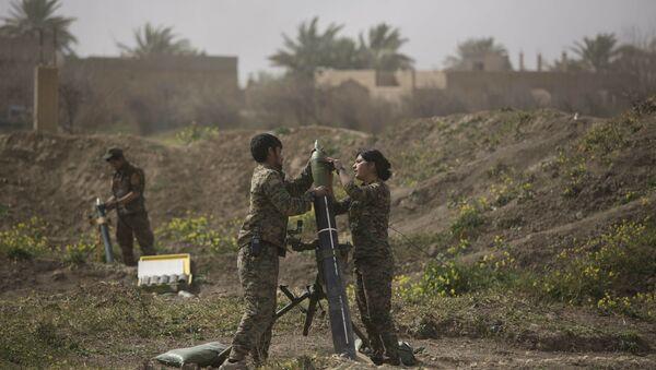 Pripadnici Sirijskih demokratskih snaga pripremaju oružje na položajima u sirijskom Baguzu - Sputnik Srbija