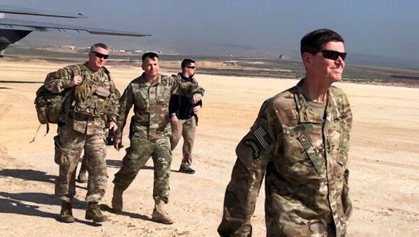 Američki general Džozef Votel u poseti vazdušnoj bazi na nepoznatoj lokaciji u severnoj Siriji - Sputnik Srbija