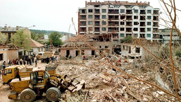Чишћење рушевина у Алексинцу 9. априла 1999. три дана после бомбардовања касетним бомбама у коме је погинуло 14 људи. - Sputnik Србија
