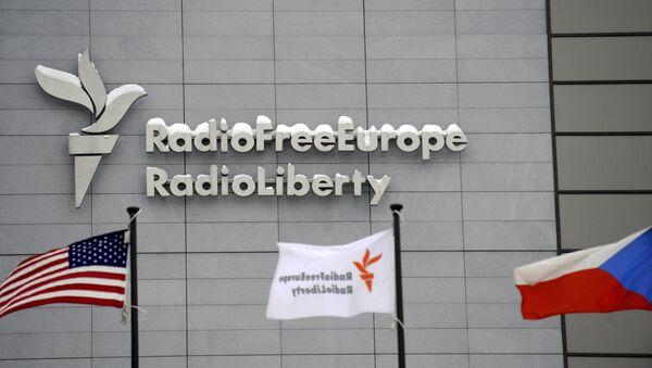 Централа Радија Слободна Европа у Прагу са заставама САД и Чешке. - Sputnik Србија