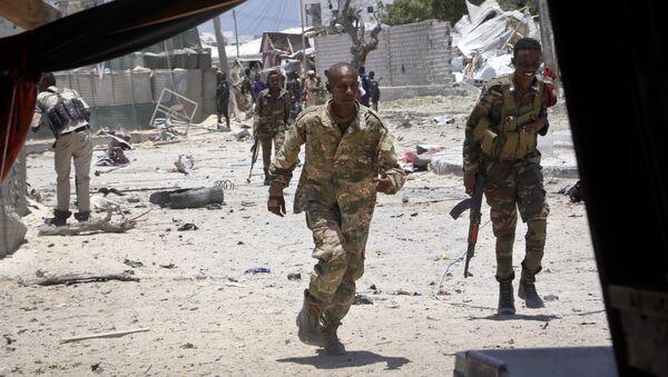 Сомалијски војници трче у заклон током обрачуна с терористима - Sputnik Србија