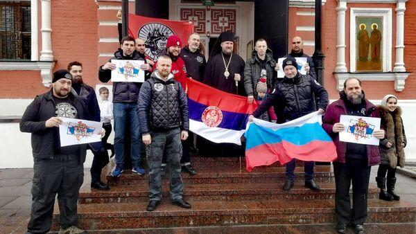 Руски падобрански ветерани из Москве са епископом Моравичким Антонијем. - Sputnik Србија