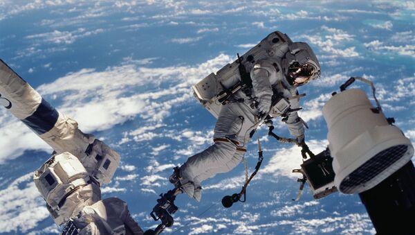 Astronaut u svemirskoj šetnji otvorenim svemirom na Međunarodnoj svemirskoj stanici - Sputnik Srbija