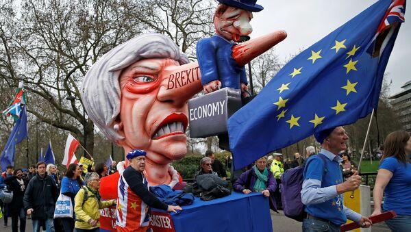 Pristalice ostanka Velike Britanije u EU sa lutkom Tereze Mej na protestu Narod glasa u Londonu, 23. marta 2019. - Sputnik Srbija