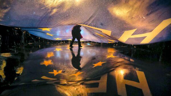 Čovek ispod zastave EU - Sputnik Srbija