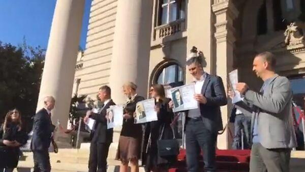 Poslanici Dveri dočekuju ministre ispred Skupštine - Sputnik Srbija
