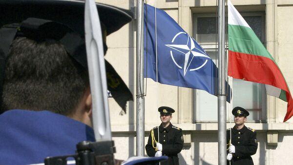 Zastave Bugarske i NATO-a na ceremoniji obeležavanja stupanja Bugarske u ovaj vojni savez - Sputnik Srbija