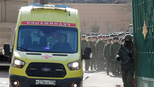 Амбулантна кола излазе из круга Војне академије Можајски у Санкт Петербургу након експлозије у којој је повређено неколико особа - Sputnik Србија