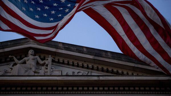 Америчка застава вијори се испред Министарства правде у Вашингтону - Sputnik Србија