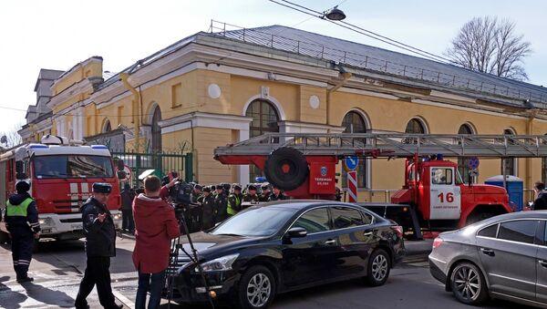 Ватрогасна возила излазе из круга Војне академије Можајски у Санкт Петербургу након експлозије - Sputnik Србија