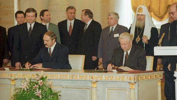 Председник Белорусије Александар Лукашенко и председник Русије Борис Јељцин на церемонији потписивања Договора о стварању Заједнице Русије и Белорусије - Sputnik Србија