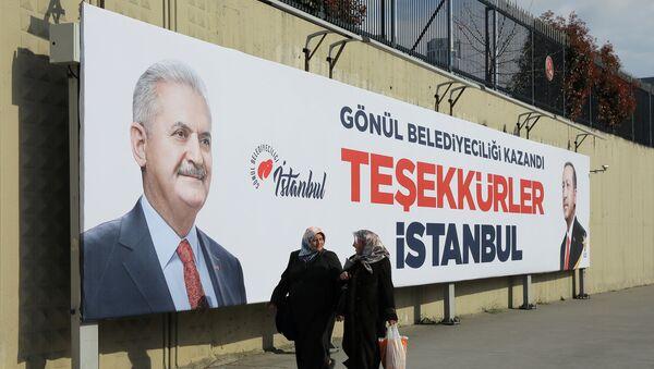 Људи пролазе поред билборда кандидата за градоначелника Биналија Јилдирима у Истанбулу на којем се захваљује граду - Sputnik Србија