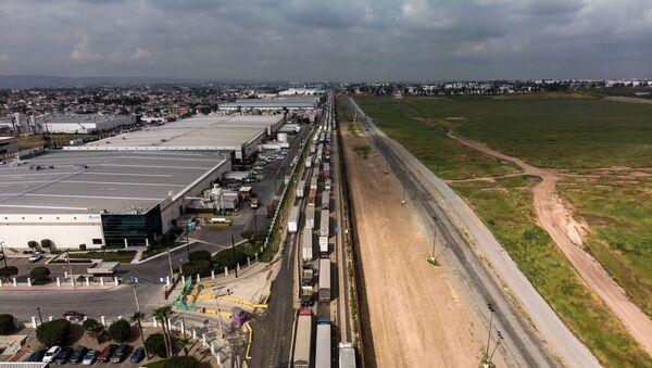 Pogled na teretne kamione poređane duž američko-meksičke granice na graničnom prelazu Tihuana - Sputnik Srbija