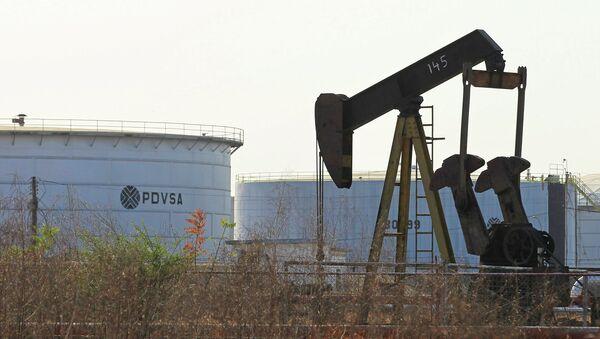 Нафтна пумпа и цистерна са логом венецуеланске нафтне компаније ПДВСА у Лагуниљасу - Sputnik Србија